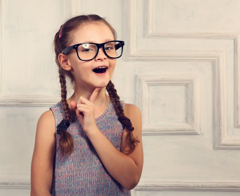 Glückliche denkende Gläser des Kindermädchens in Mode mit aufgeregtem emotiona stockfotos