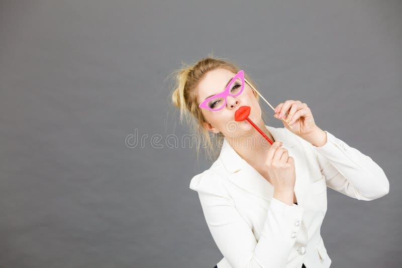 Glückliche elegante Frau, die Karneval accessoies auf Stock hält lizenzfreie stockfotografie