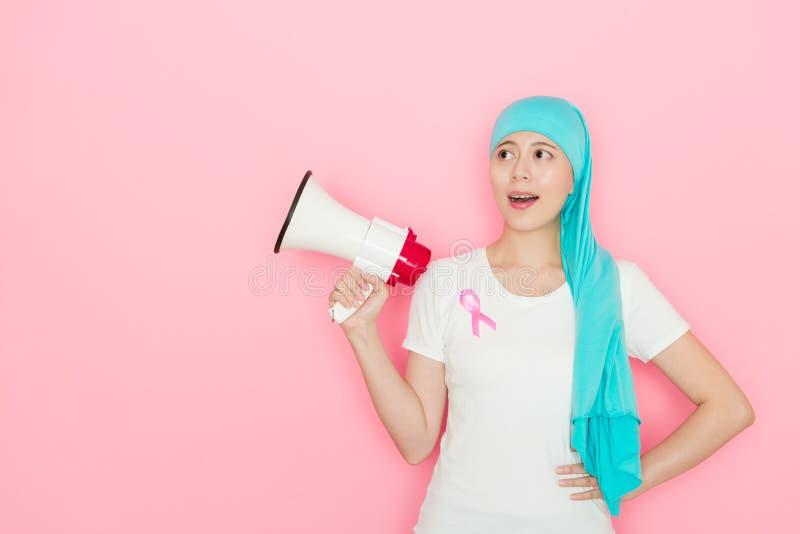 Glückliche elegante Frau, die Krebskrankheit hat stockbild