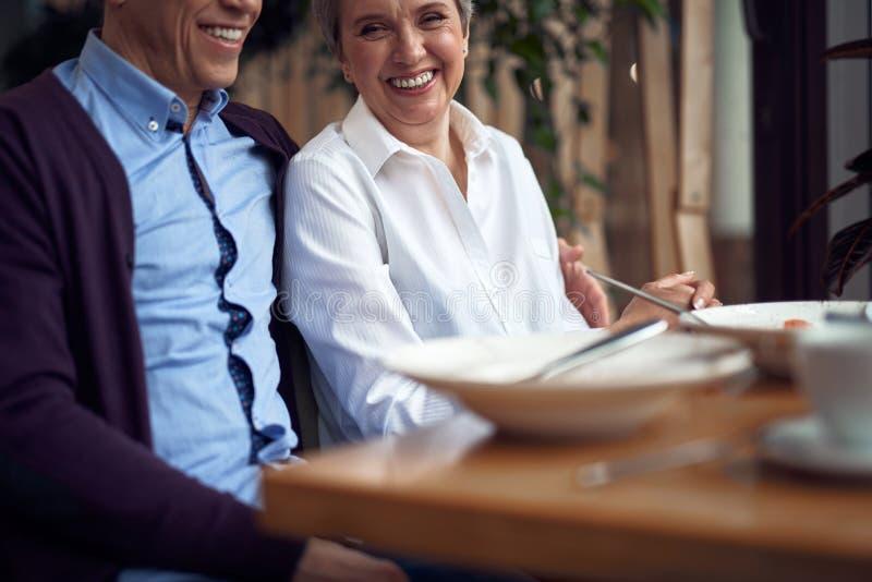 Glückliche elegante gealterte Paare, die im Café sitzen lizenzfreie stockfotografie