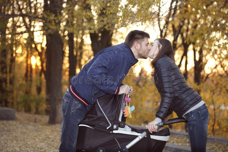 Glückliche Eltern auf einem Weg durch mit Spaziergänger stockbilder