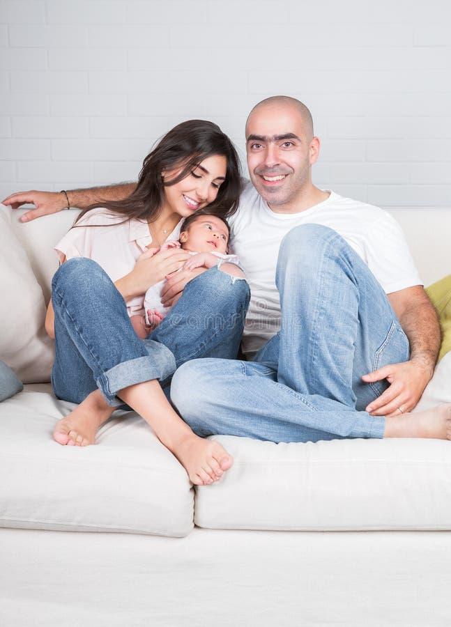 Glückliche Eltern mit kleinem Baby stockbild