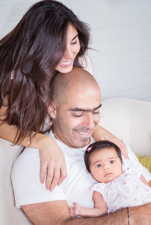 Glückliche Eltern mit kleinem Baby lizenzfreie stockfotografie