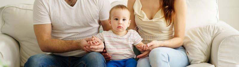 Glückliche Eltern und Babynetzfahnenschablone stockfotos