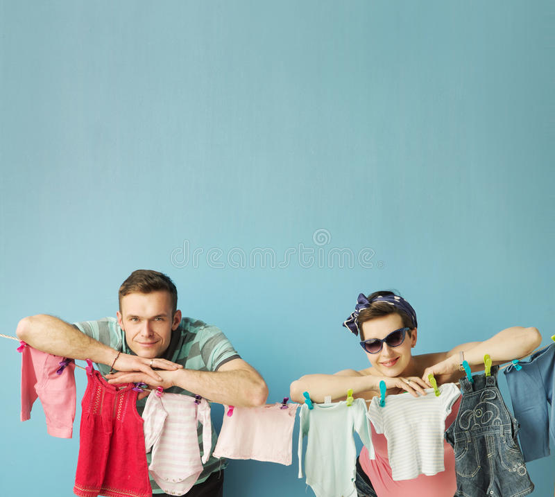 Glückliche Eltern, welche die Wäscherei tun lizenzfreie stockfotos
