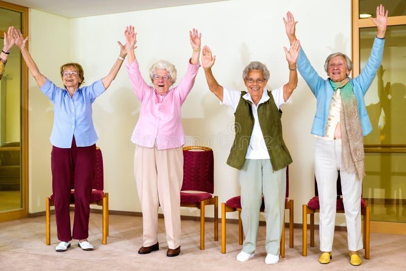 Glückliche enthusiastische Gruppe ältere Frauen stockbild