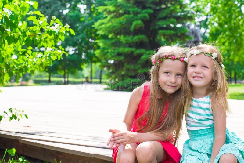 Glückliche entzückende kleine Mädchen, die warmen Sommer genießen stockfotos