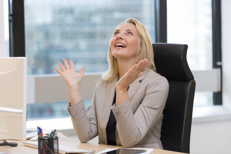 Glückliche erfolgreiche Geschäftsfrau im Büro Fenster an der Wand des Geschäftszentrums lizenzfreies stockfoto