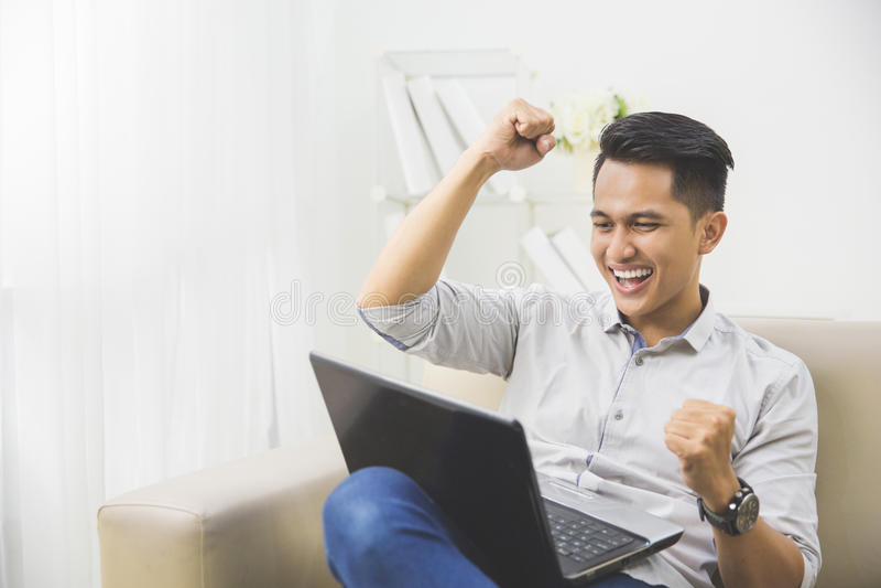 glückliche Erhöhung des jungen Mannes seine Hand Erfolg stockfotos