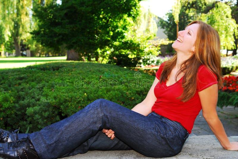 Glückliche fällige Frau lizenzfreie stockfotografie