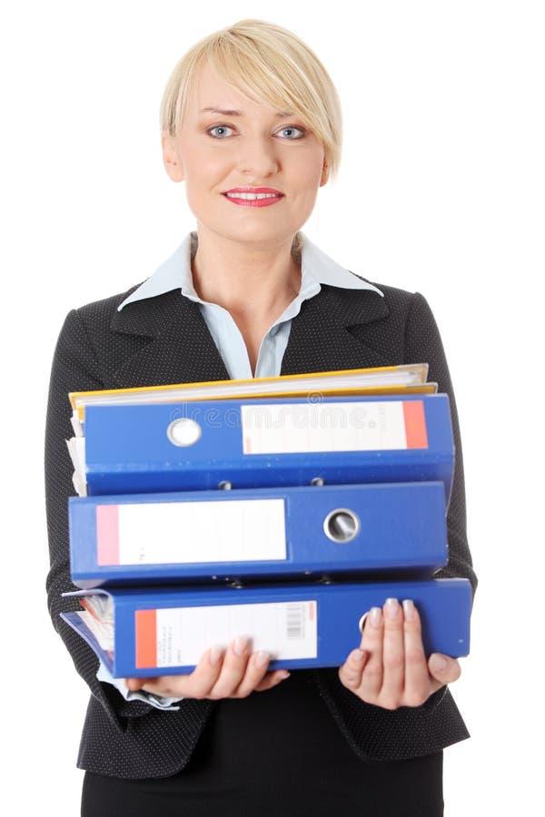 Glückliche fällige Holdingdokumente der Geschäftsfrau. lizenzfreie stockfotografie