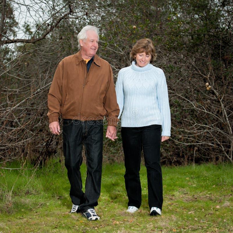Glückliche fällige Paare, die draußen gehen stockfotos