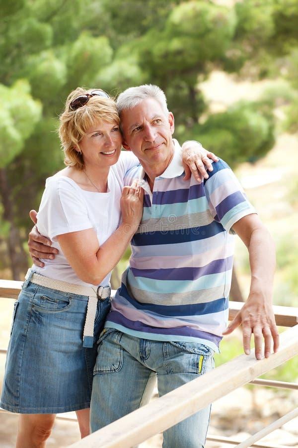 Glückliche fällige Paare draußen stockbilder
