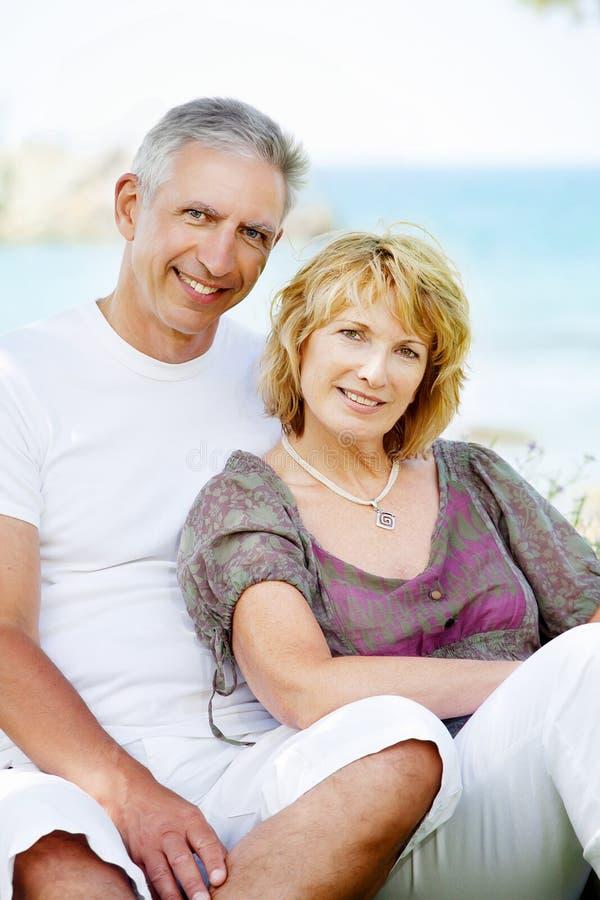 Glückliche fällige Paare draußen lizenzfreies stockfoto