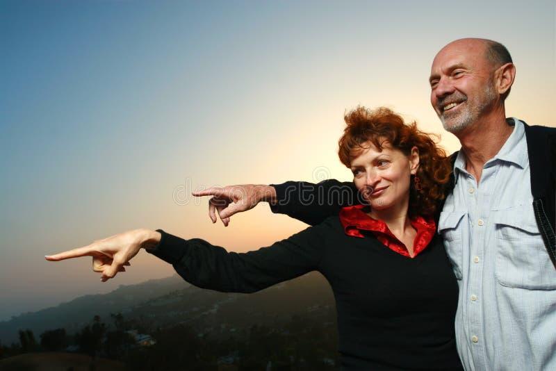 Glückliche fällige Paare draußen stockfotografie