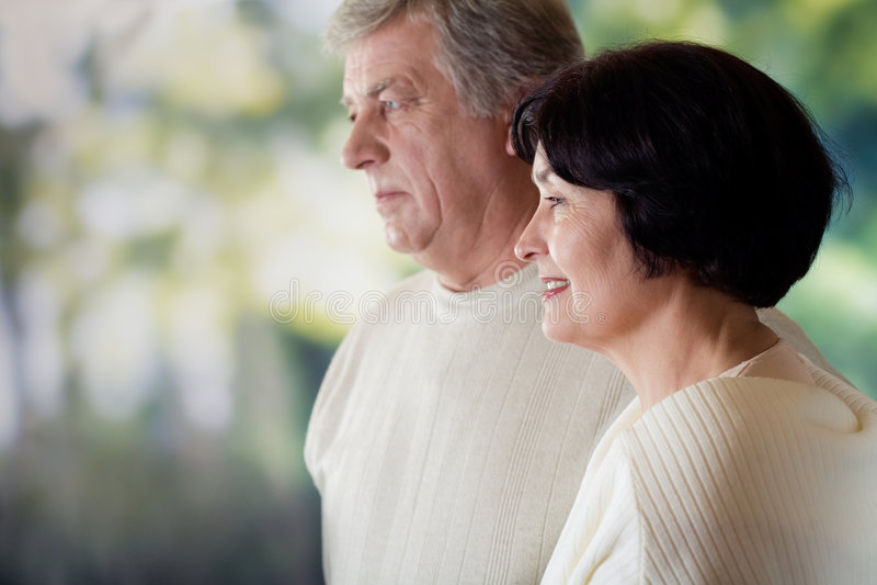 Glückliche fällige Paare. Fokus auf Frau stockfotos