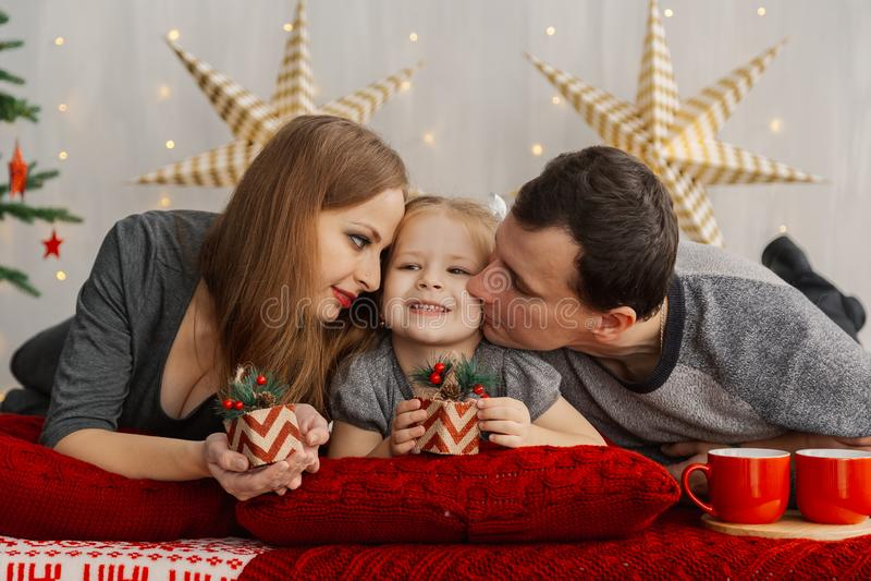 Glückliche Familie auf Bett auf einem hellen Weihnachtsmorgen Neues Jahr 2019 stockbilder