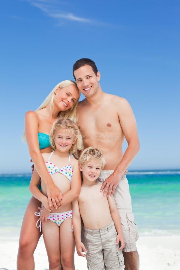 Glückliche Familie auf dem Strand lizenzfreie stockfotos
