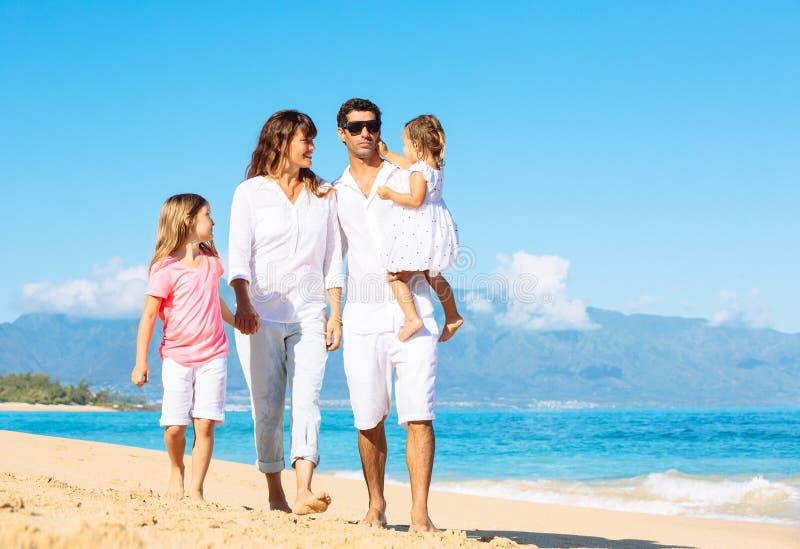 Glückliche Familie auf dem Strand lizenzfreies stockfoto