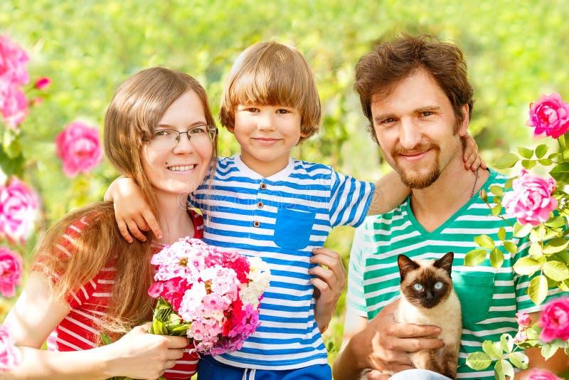 Glückliche Familie auf einem Hintergrund der Sommerlandschaft Sommerszene über Mutter, Vater und Kind, Sohn Sommerzeitpartei, Spa lizenzfreie stockbilder