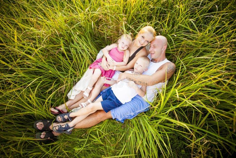 Download Glückliche Familie Auf Einer Wiese Stockbild - Bild von lächeln, familie: 26366077