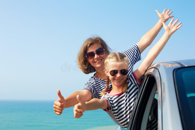Glückliche Familie auf Ferien Sommerferien und Autoreise concep stockfotos