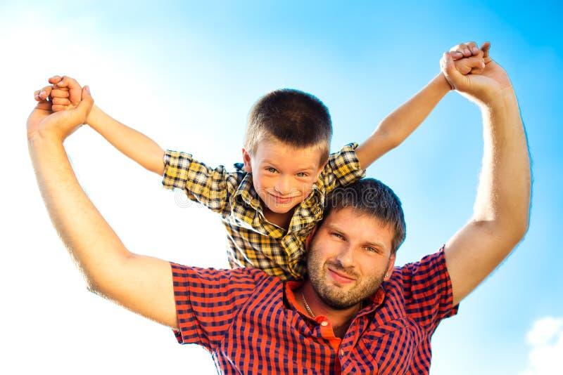 Glückliche Familie auf Natur lizenzfreie stockbilder