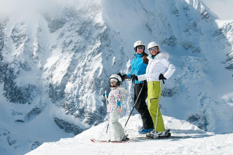 Glückliche Familie auf Ski stockbilder