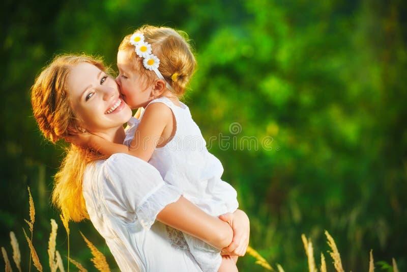 Glückliche Familie auf Sommer Baby-Tochterumarmen des kleinen Mädchens Kinder stockfotos
