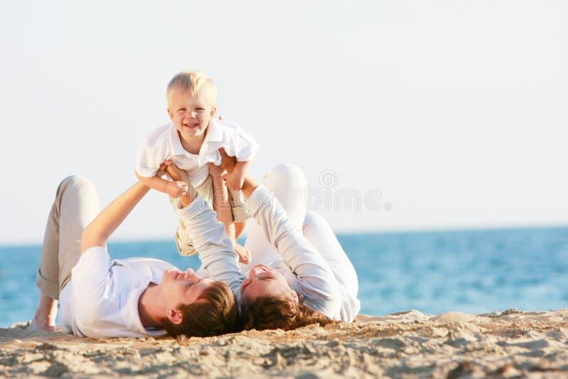 Glückliche Familie auf Strand stockbilder
