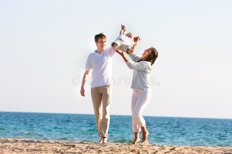 Glückliche Familie auf Strand stockfoto