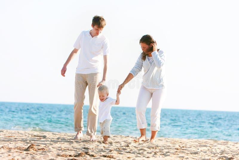 Glückliche Familie auf Strand lizenzfreie stockfotografie