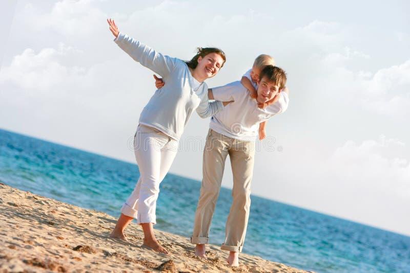 Glückliche Familie auf Strand lizenzfreies stockfoto