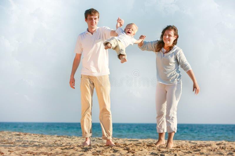 Glückliche Familie auf Strand stockbild
