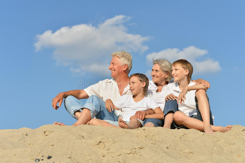Glückliche Familie auf Strand stockfotos