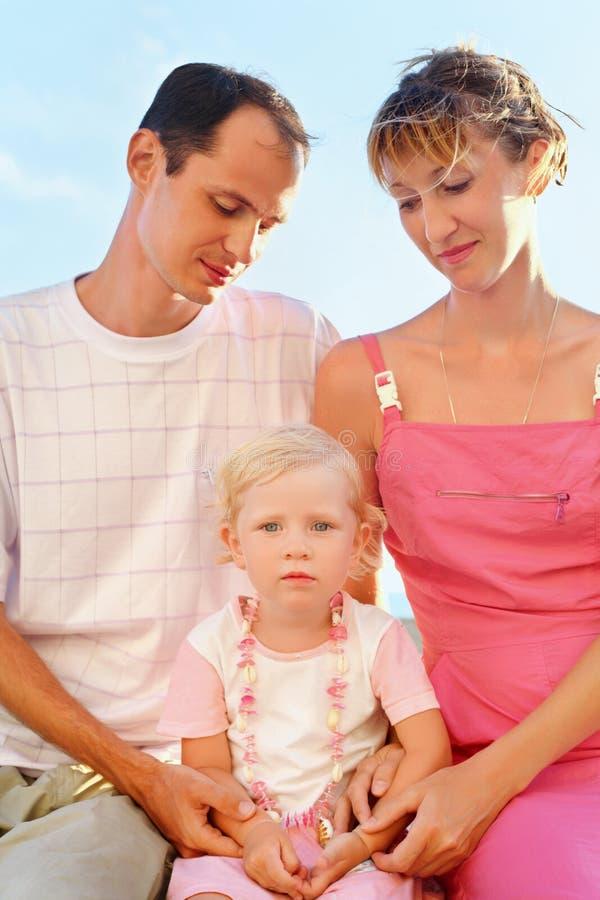 Glückliche Familie auf Strand, Muttergesellschaft, die Mädchen betrachten stockbild