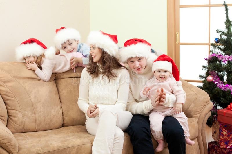 Glückliche Familie auf Weihnachten im Wohnzimmer lizenzfreie stockbilder