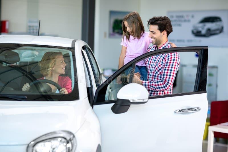 Glückliche Familie beschließt, ein Auto zu kaufen lizenzfreie stockfotografie