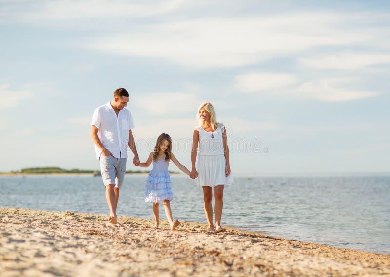 Glückliche Familie an der Küste lizenzfreie stockfotos