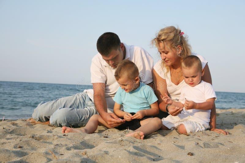 Glückliche Familie an der Küste lizenzfreies stockfoto