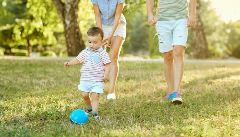 Glückliche Familie in der Natur lizenzfreie stockfotografie