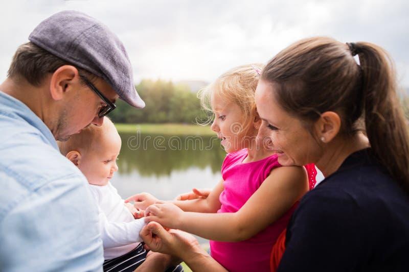 Glückliche Familie in der Natur durch den See im Sommer stockfotos