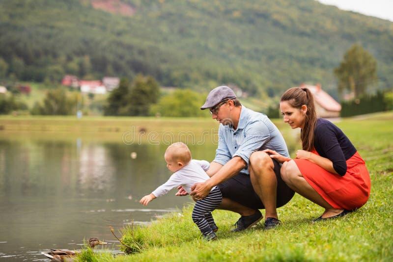 Glückliche Familie in der Natur im Sommer stockfotos