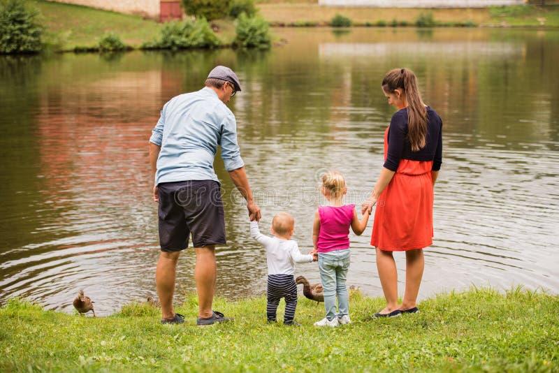 Glückliche Familie in der Natur im Sommer lizenzfreie stockbilder