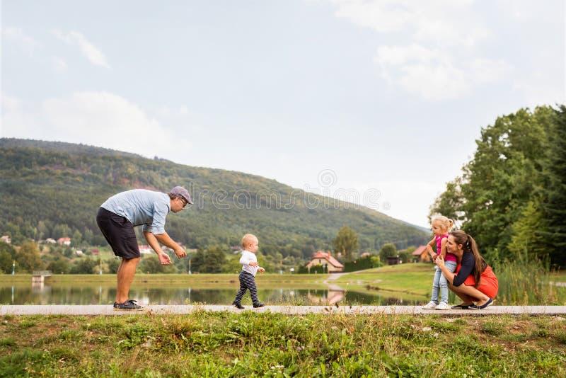 Glückliche Familie in der Natur im Sommer stockbild