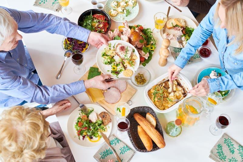 Glückliche Familie, die Abendessen isst lizenzfreie stockfotos