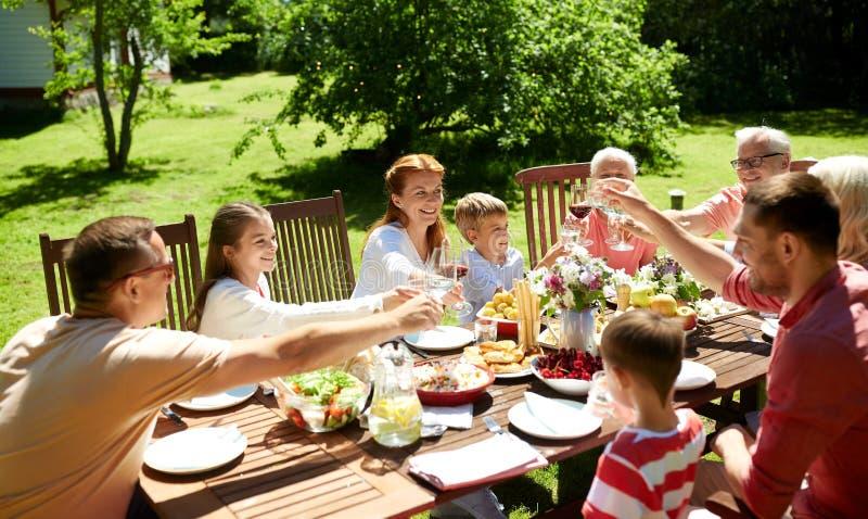 Glückliche Familie, die Abendessen oder Sommergartenfest hat lizenzfreie stockfotografie