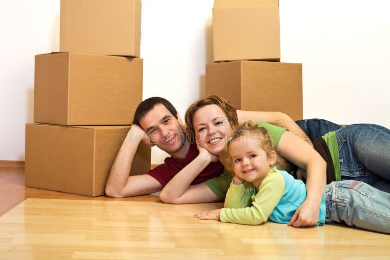 Glückliche Familie, die auf den Fußboden legt lizenzfreies stockbild