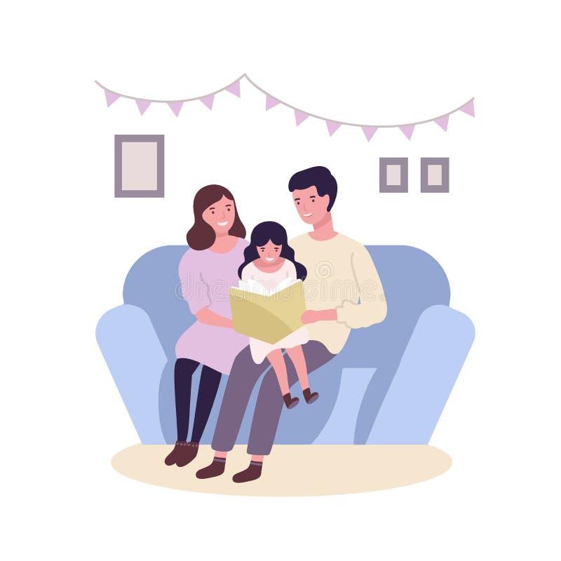 Glückliche glückliche Familie, die auf Sofa und Ablesenbuch oder -Märchen sitzt Lächelnde Mutter-, Vater- und Tochterausgabenzeit stock abbildung