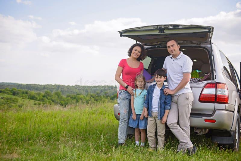 Glückliche Familie, die Autoreise- und Sommerferien genießt stockbilder
